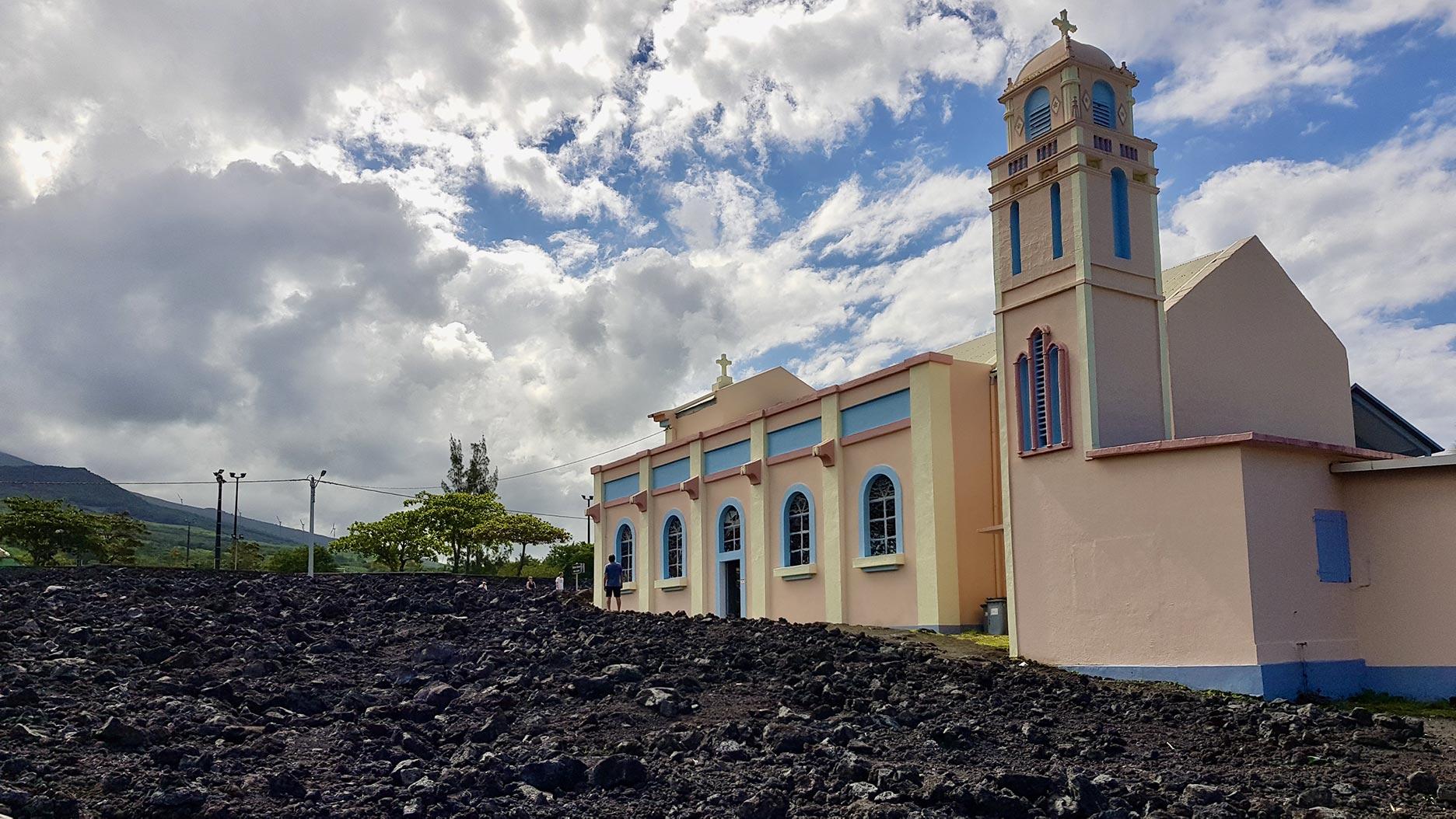 église entourée de coulée de lave à la réunion