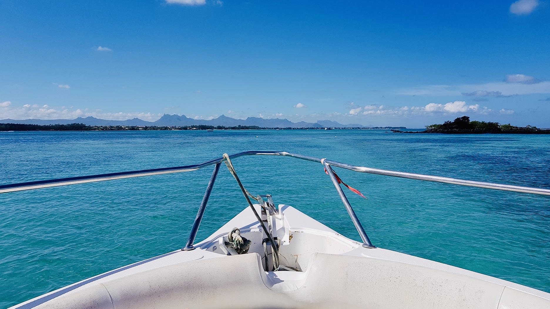 proue d'un bateau sur une eau turquoise à l'ile maurice