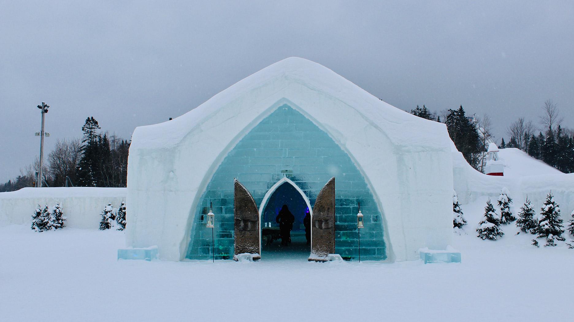 entrée de l'hotel de glace