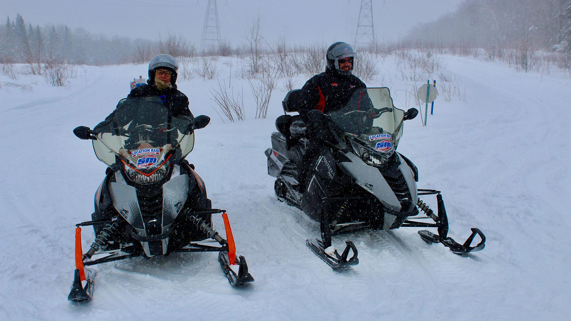 deux motoneiges au quebec