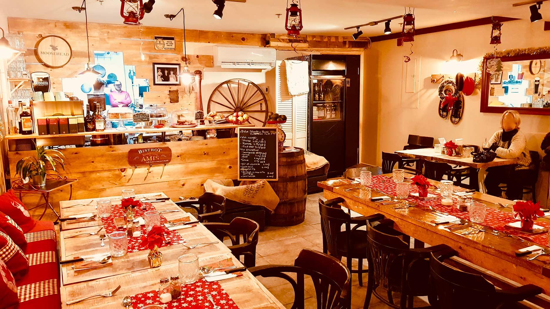 decoration de montagne dans la salle de restaurant du ptit rustik